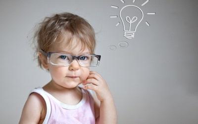 Ребенок думает о электрической лампочке