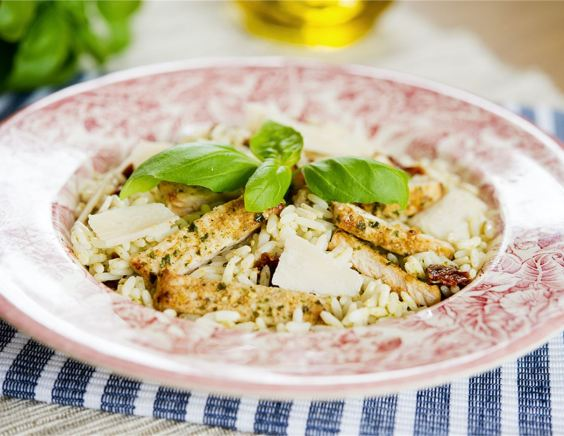 Салат с рисом, курицей и соусом песто
